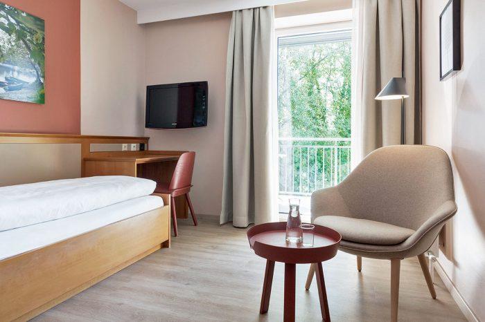 Helle und modern ausgestattete Classic Einzelzimmer mit Balkon und Blick auf den Inn