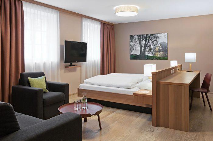 Helle, freundlich ausgestattete Classic Doppelzimmer mit mit Naturholzböden und Möbeln.