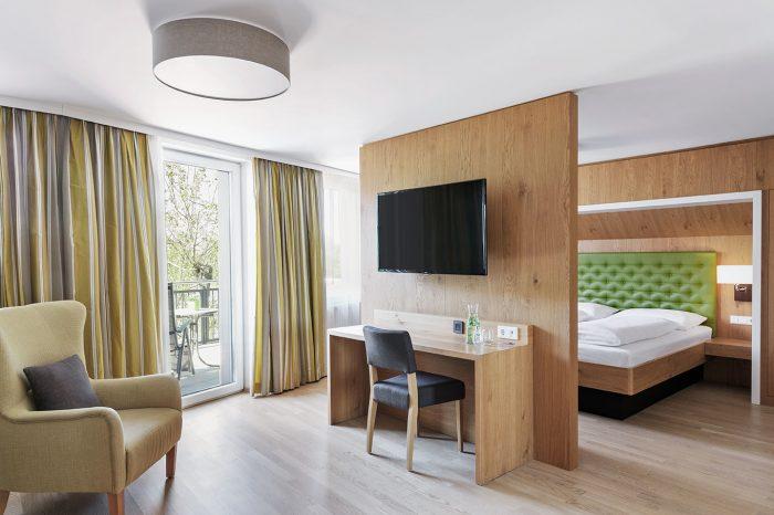 Komfortable Suite, getrennter Wohn- und Schlafbereich, modern und großzügig ausgestattet, eigener Balkon mit Blick auf den Inn